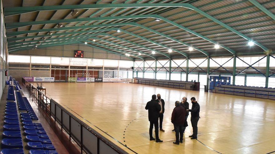 El polideportivo de Carrús renueva el campo de césped artificial y el pabellón mejorará la climatización, gradas y vestuarios