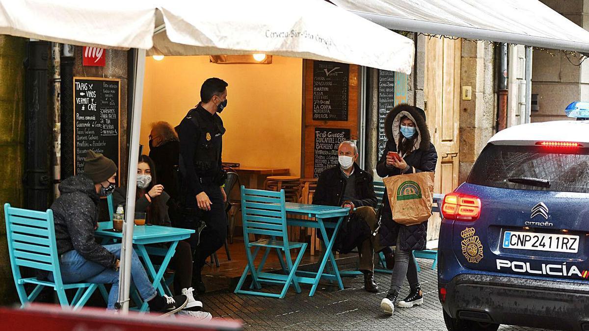 Control policial en locales de hostelería en el centro de Pontevedra.     // GUSTAVO SANTOS