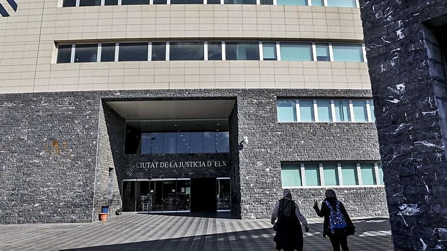 El fiscal pide 21 años de cárcel para un acusado de retener y violar a una discapacitada
