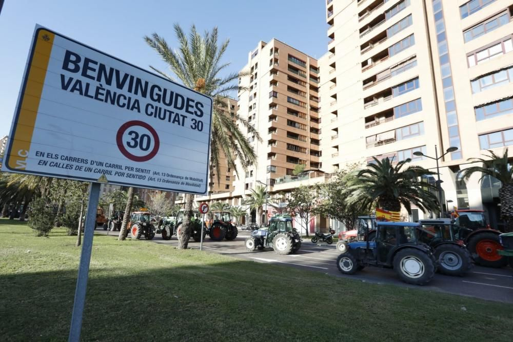 FOTOS: La tractorada de los agricultores toma Valencia