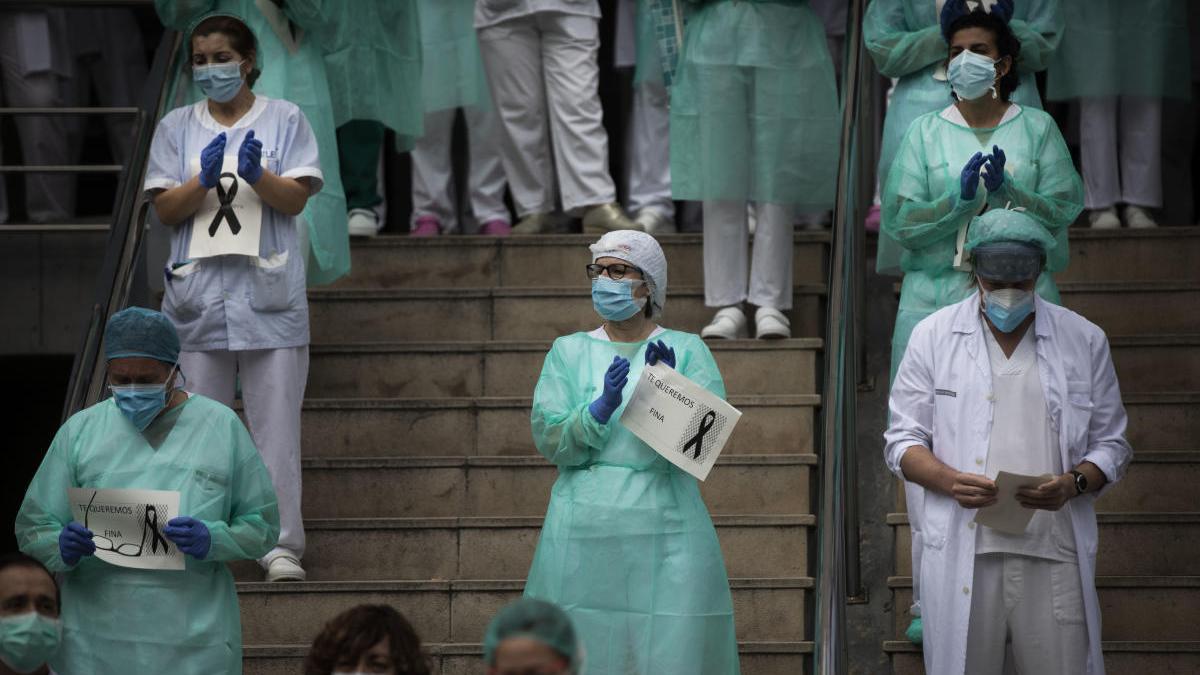 Trabajadores del Hospital Peset despiden a una compañera muerta por coronavirus.