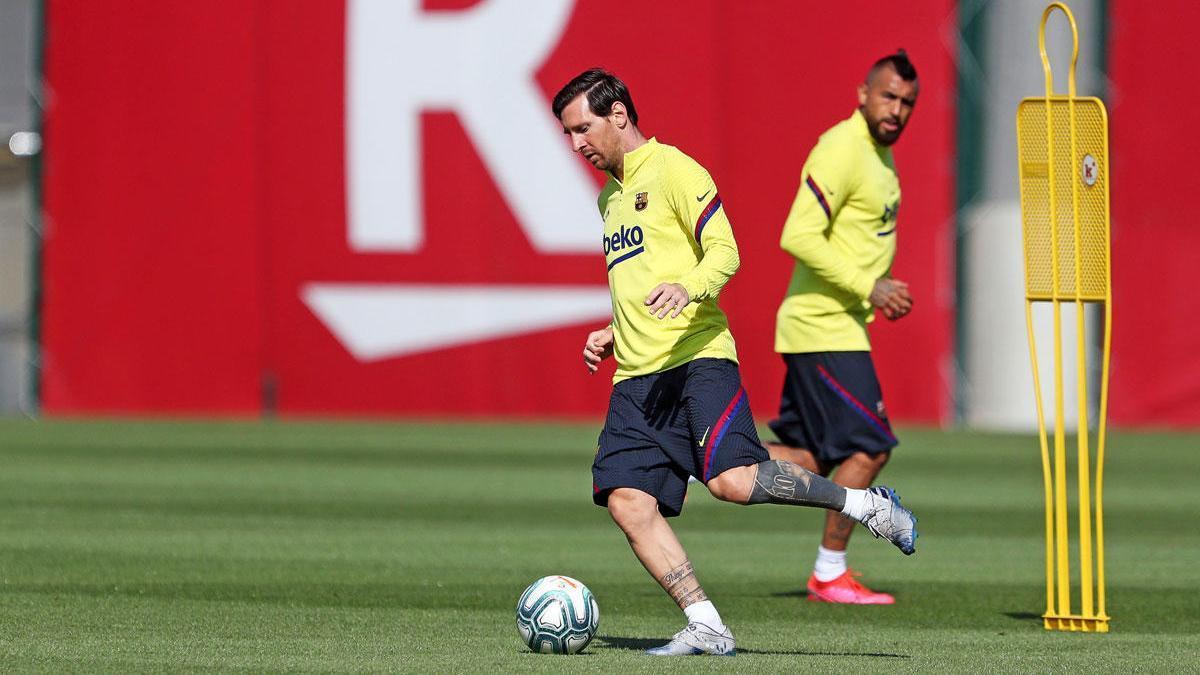 Messi y Arturo Vidal en un entrenamiento del Barça.