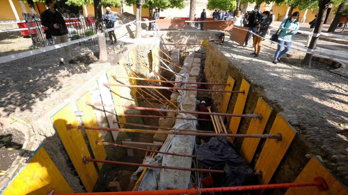 Trabajos de excavación arqueológica en el Patio de los Naranjos de Mezquita-Catedral de Córdoba