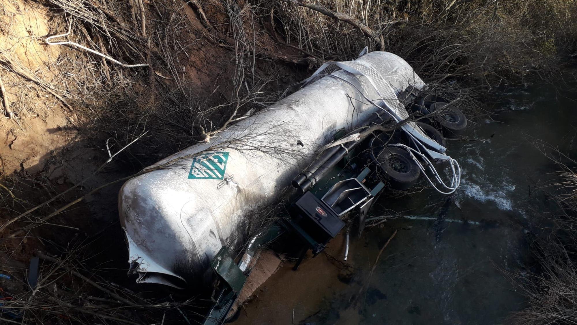 Un camión cargado de harina cae de un puente en Castielfabib y provoca un gran estruendo