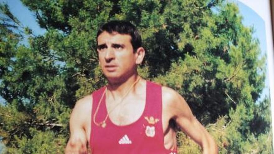 La Font inaugura una exposición sobre la trayectoria del atleta Tono Pérez