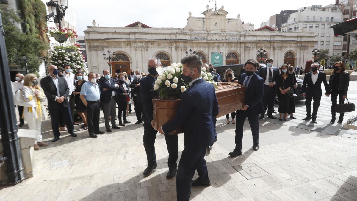 El féretro llega a la concatedral de Santa María.