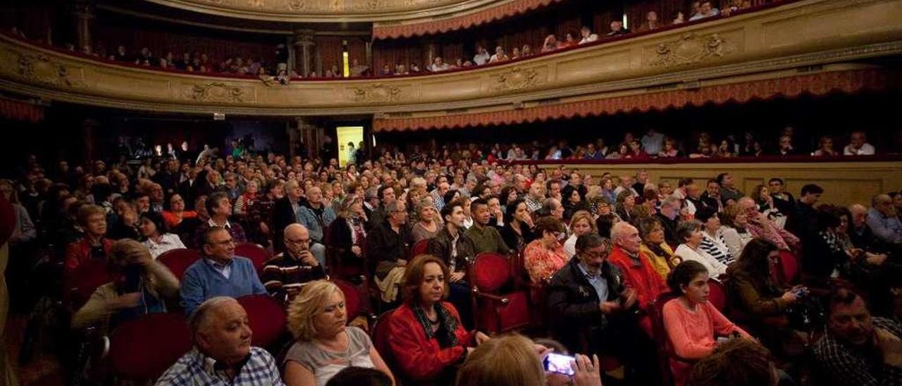 El teatro Palacio Valdés, abarrotado, durante una actuación musical.