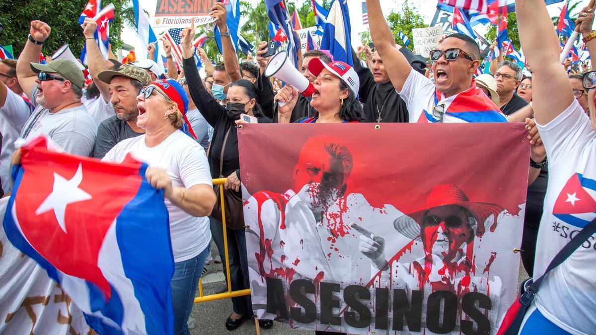Manifestantes cubanos en Miami claman contra el régimen de la isla