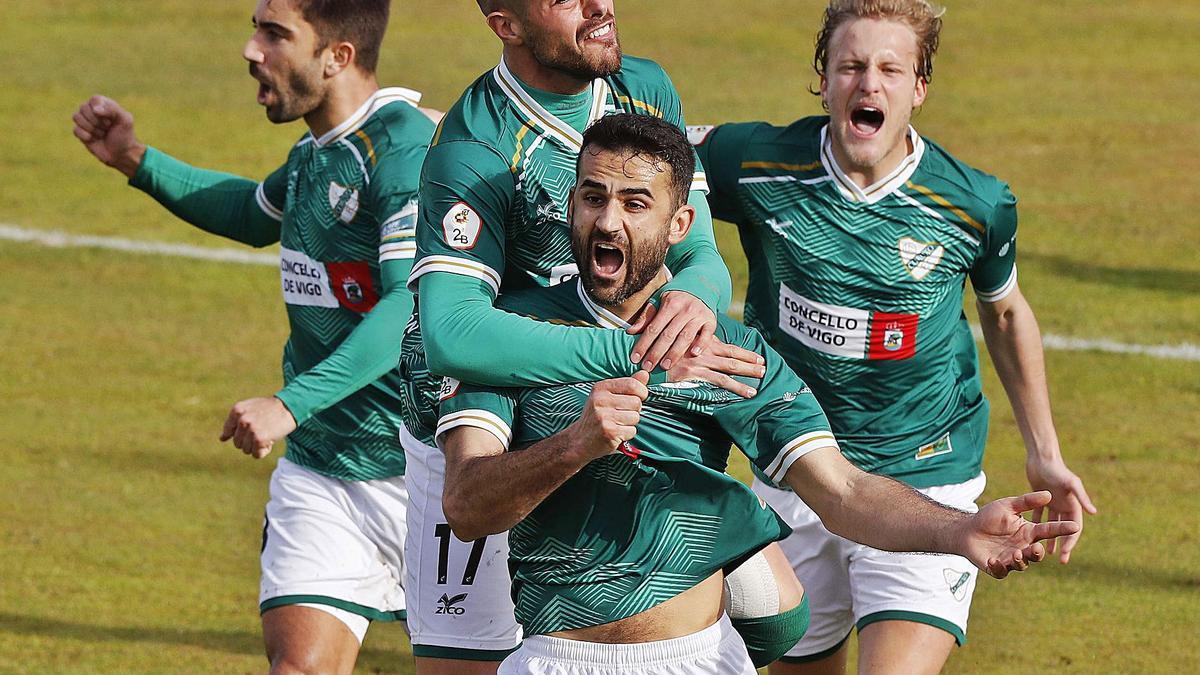 Antón, Salgueiro y Rivera celebran con Silva el gol que valió la victoria del Coruxo sobre el Salamanca. |  // RICARDO GROBAS
