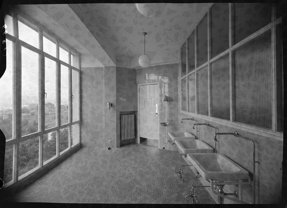 Antesala de entrada al quir�fano con gran ventanal y lavabos en el lado contrario.jpg