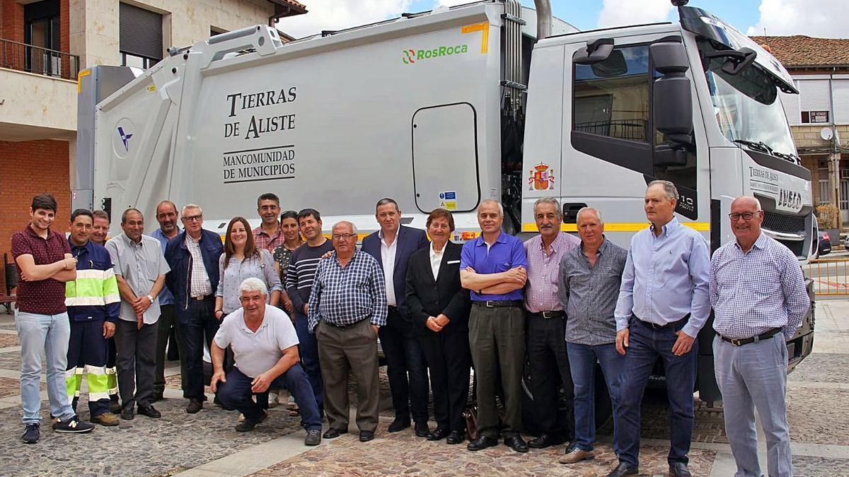 """Alcaldes y concejales de la Mancomidad """"Tierras de Aliste"""" delante de un nuevo camión de la basura."""