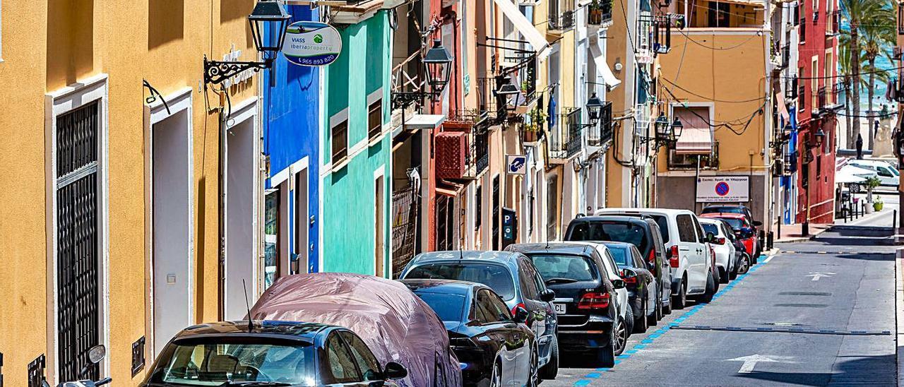Vehículos estacionados en la zona azul del centro de La Vila Joiosa.    DAVID REVENGA