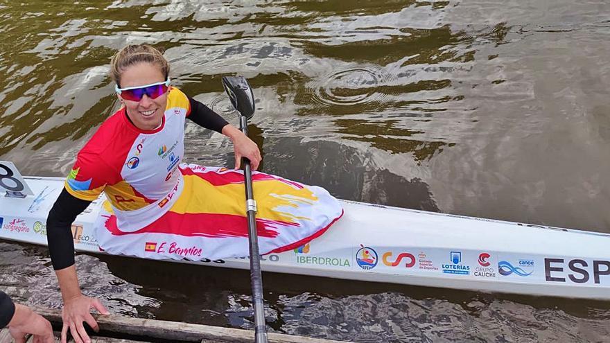 Eva Barrios y Carlos Garrote acarician la medalla en el Mundial de Piragüismo