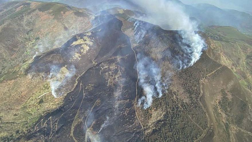 Incendios nocturnos devoran 500 hectáreas de monte