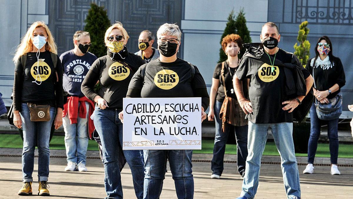 Protesta de artesanos de la Isla ante el Cabildo a principios del pasado mes de diciembre.