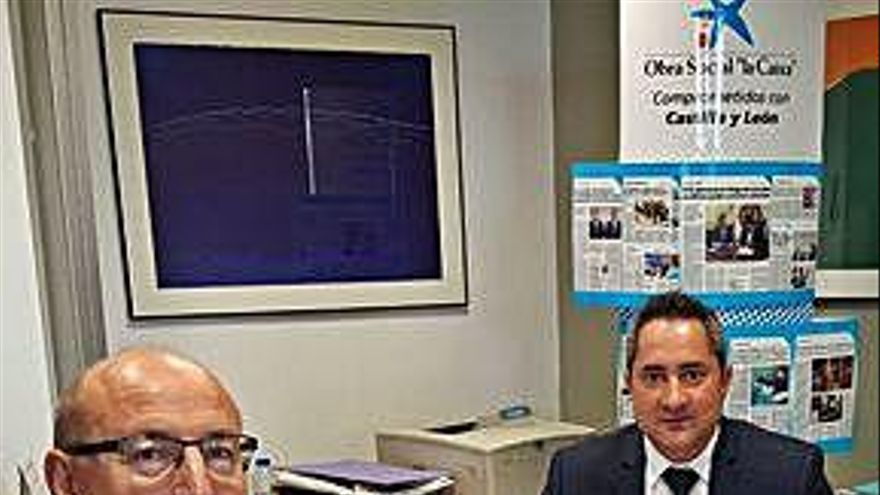 Justino Santiago, de Menesianos, con el director de La Caixa.