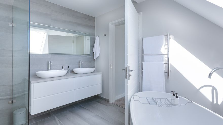 La herramienta que será tu aliada para limpiar la mampara de la ducha