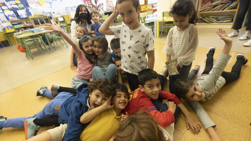 """""""Quiero que quiten las mascarillas y que vuelvan los abrazos"""": así se cierra el curso covid en los colegios asturianos"""