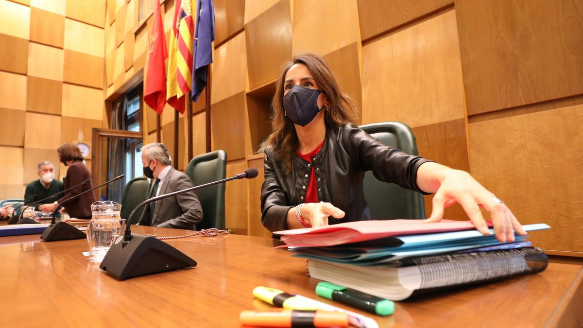La concejala de Hacienda, María Navarro, antes de iniciar una sesión plenaria.