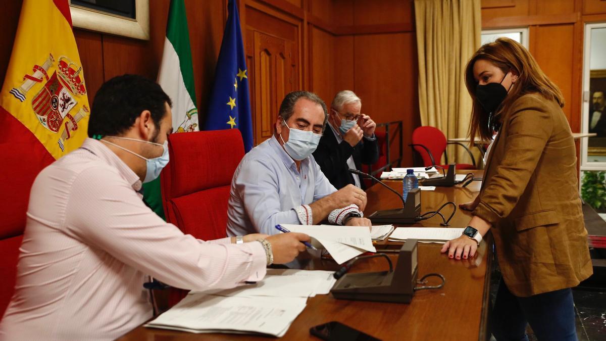 La oposición al pleno censura que el gobierno local desista de aplicar el Bono 10 del comercio este año. En la imagen, Antonio Álvarez y Carmen Campos.