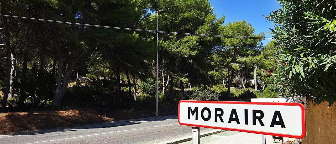 La zona que será urbanizada, en la entrada a Moraira, al otro lado la playa de l'Ampolla