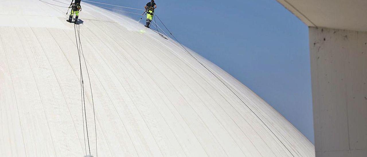 Dos trabajadores, en lo alto de la cúpula del Niemeyer.