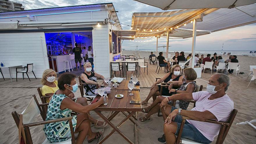 Gandia prolonga los servicios de playa ante la afluencia de turistas