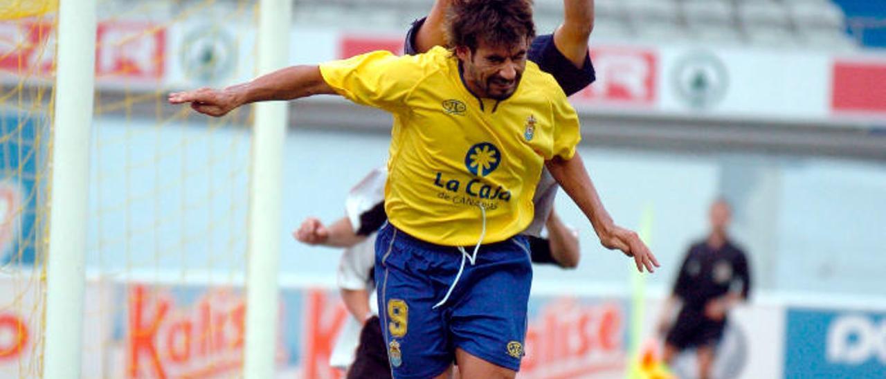 Marcos Márquez (9) pugna con el meta del Fuenlabrada, Ruiz Caba, el 7 de mayo de 2006, en el Gran Canaria.