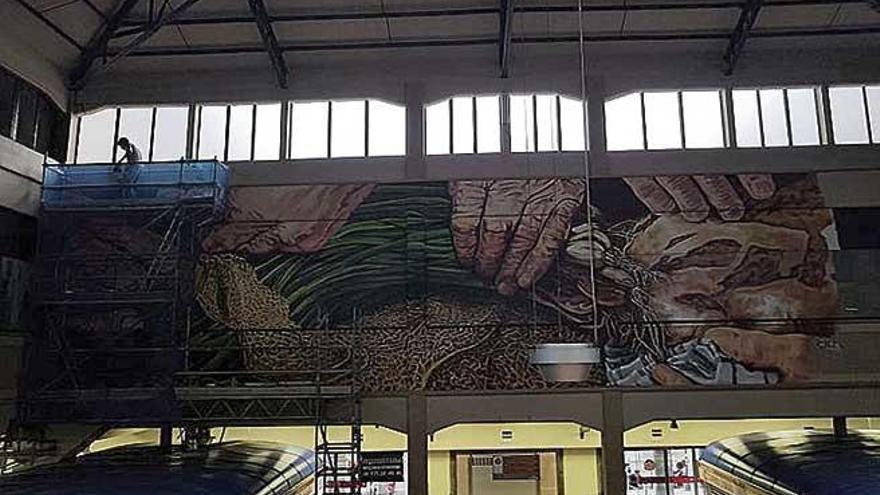 Joan Aguiló retoma la pintura del mural del mercado del  Olivar