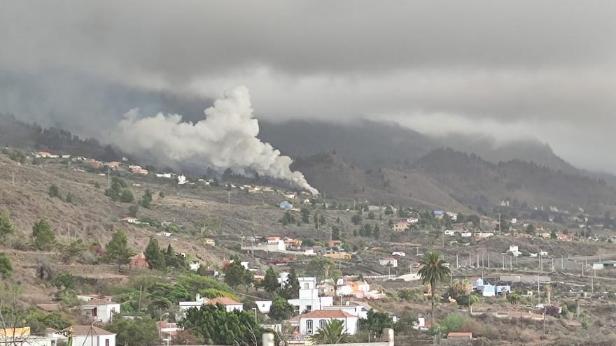 El avance del volcán de La Palma arrasa una vivienda