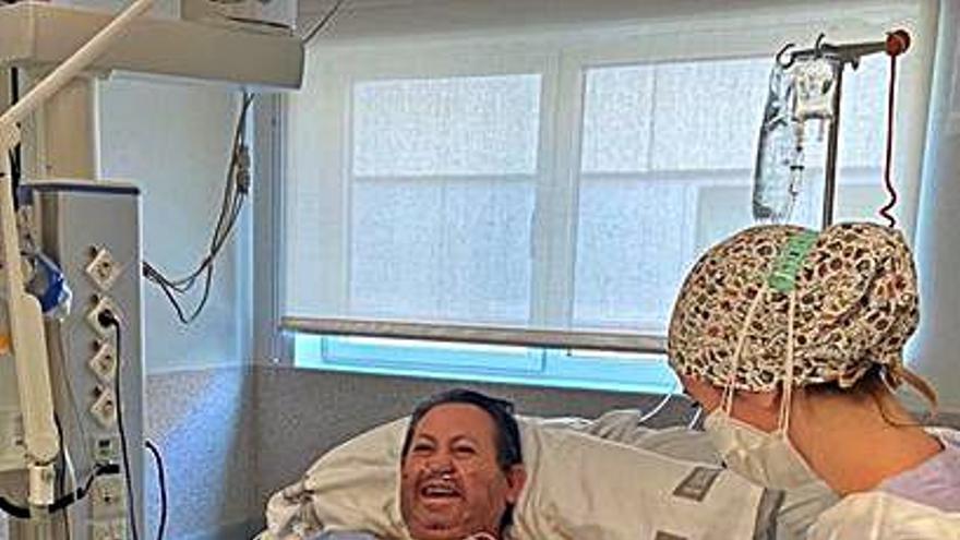 Un paciente sale de la UCI del hospital de Gandia entre aplausos tras 47 días