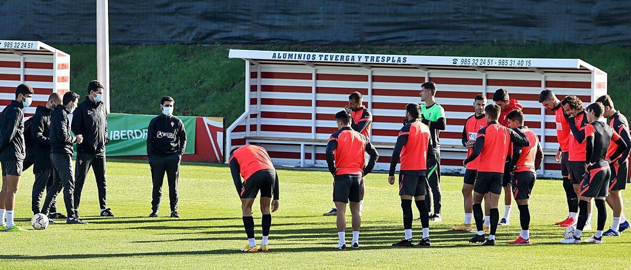 La plantilla del Sporting, en una charla con David Gallego, en Mareo en un entrenamiento.   Juan Plaza