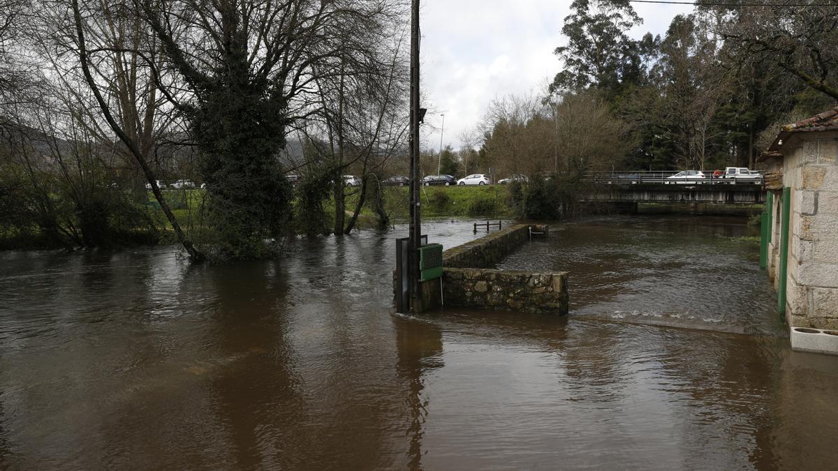 La crecida del río Miñor provoca inundaciones a su paso por Gondomar