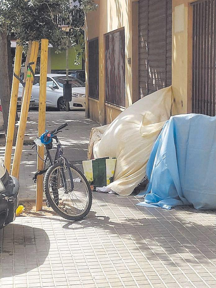 La Malva-rosa vuelve a los años noventa: falta de urbanización, dotaciones y problemas de droga. Una marea humana reivindica la dignidad de un barrio histórico
