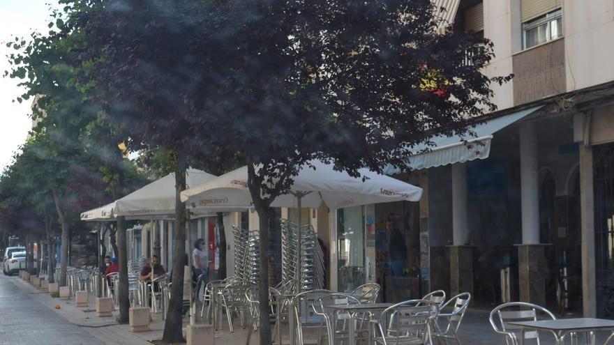 Bares y vecinos de Puente Genil, enfrentados por la decisión municipal de prohibir instalar las terrazas antes de las 9.00