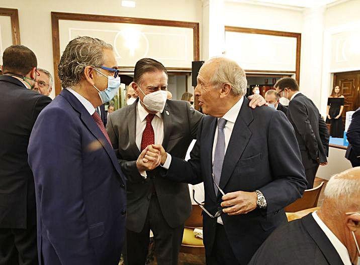 Alfredo Canteli, en el centro, saluda a Luis Fernández-Vega. | Ángel González