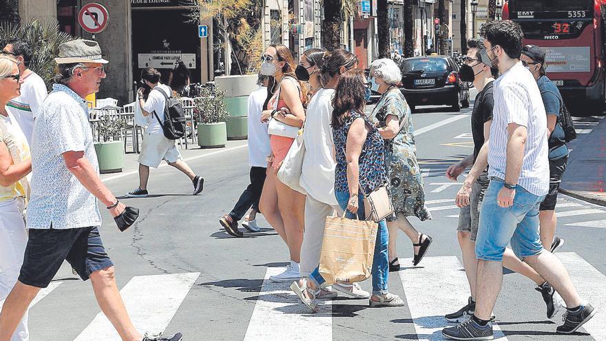La mascarilla resiste en la calle