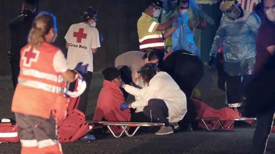Diez hospitalizados de una patera con 52 migrantes