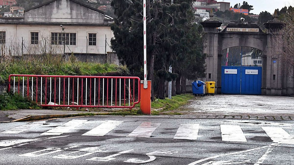 'Stop' sobre la calzada ante el acceso principal a la fábrica de armas.   | // VÍCTOR ECHAVE