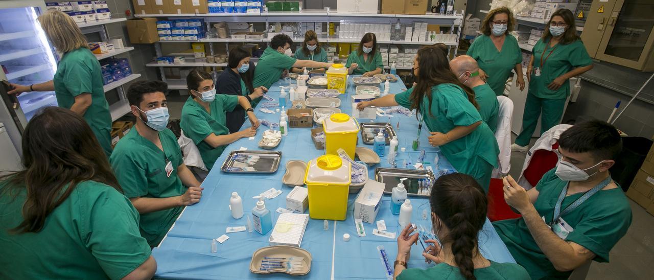 Preparación de dosis en las instalaciones de Ciudad de la Luz, en una imagen tomada días atrás