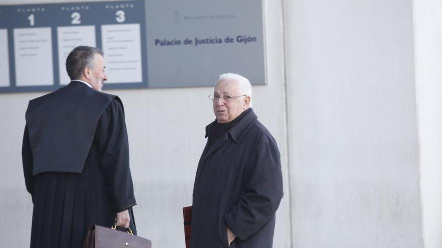 Arias de Velasco, en el banquillo, defiende que no filtró los sueldos del personal de la Cámara de Gijón