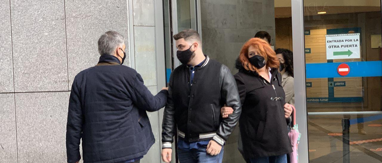 El joven acusado de provocar el accidente, entre su abogado y su madre, sale del Juzgado