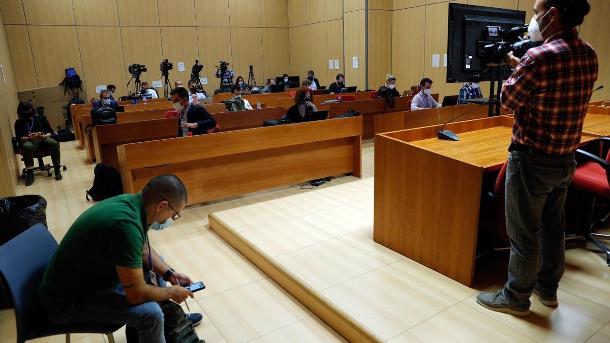 En la imagen, periodistas de varios medios de comunicación, en la sala de prensa habilitada esperan el comienzo del juicio del crimen de Patraix
