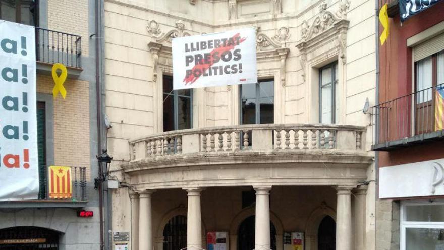 El 'truc' de Berga per tornar a posar la pancarta de «Llibertat presos polítics» davant l'Ajuntament