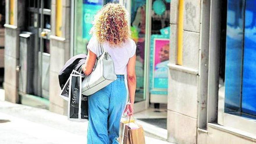 La reapertura social anima las ventas de ropa, complementos y vehículos