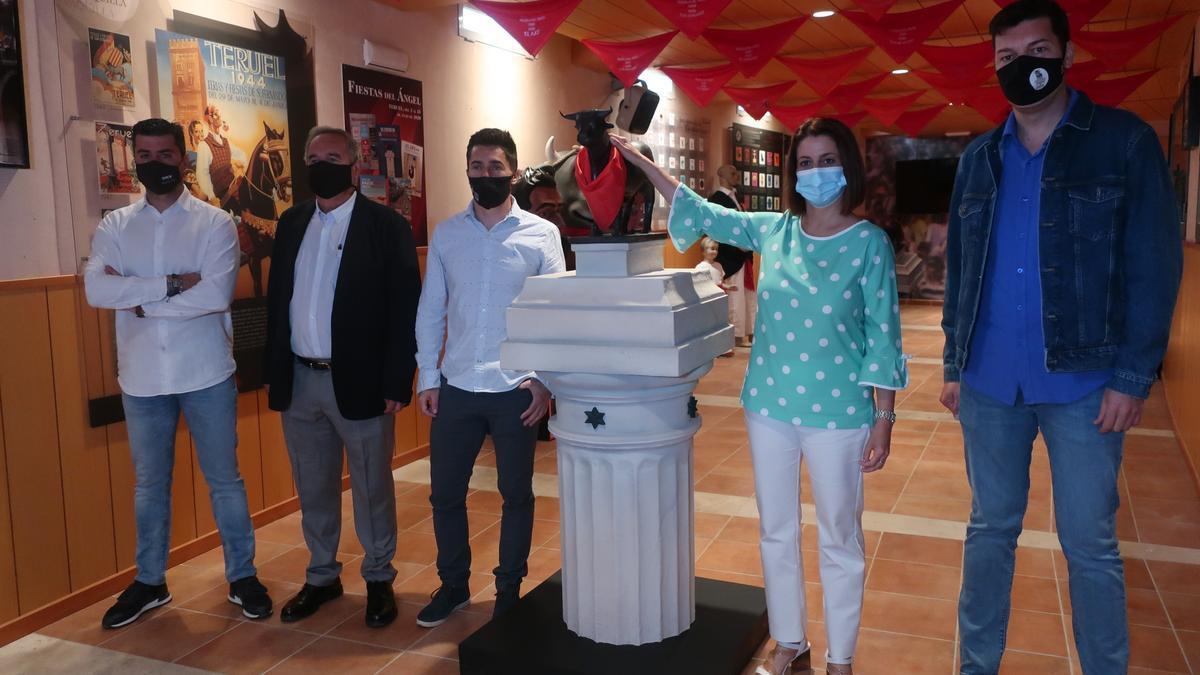 La alcaldesa y otros miembros de la corporación, en el museo remodelado, junto a la réplica del Torico.