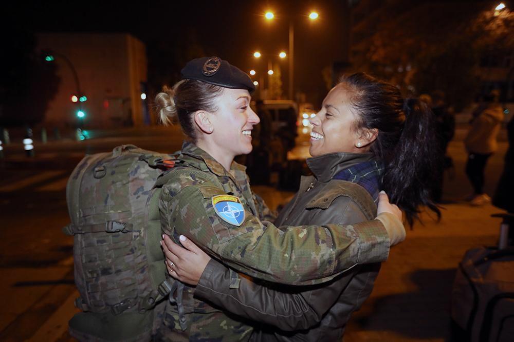 Un centenar de militares de Cerro Muriano parten a Letonia arropados por sus familias