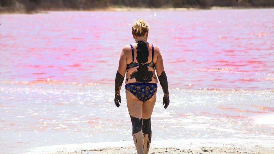 Baños de sol y sal en la laguna rosa de Torrevieja
