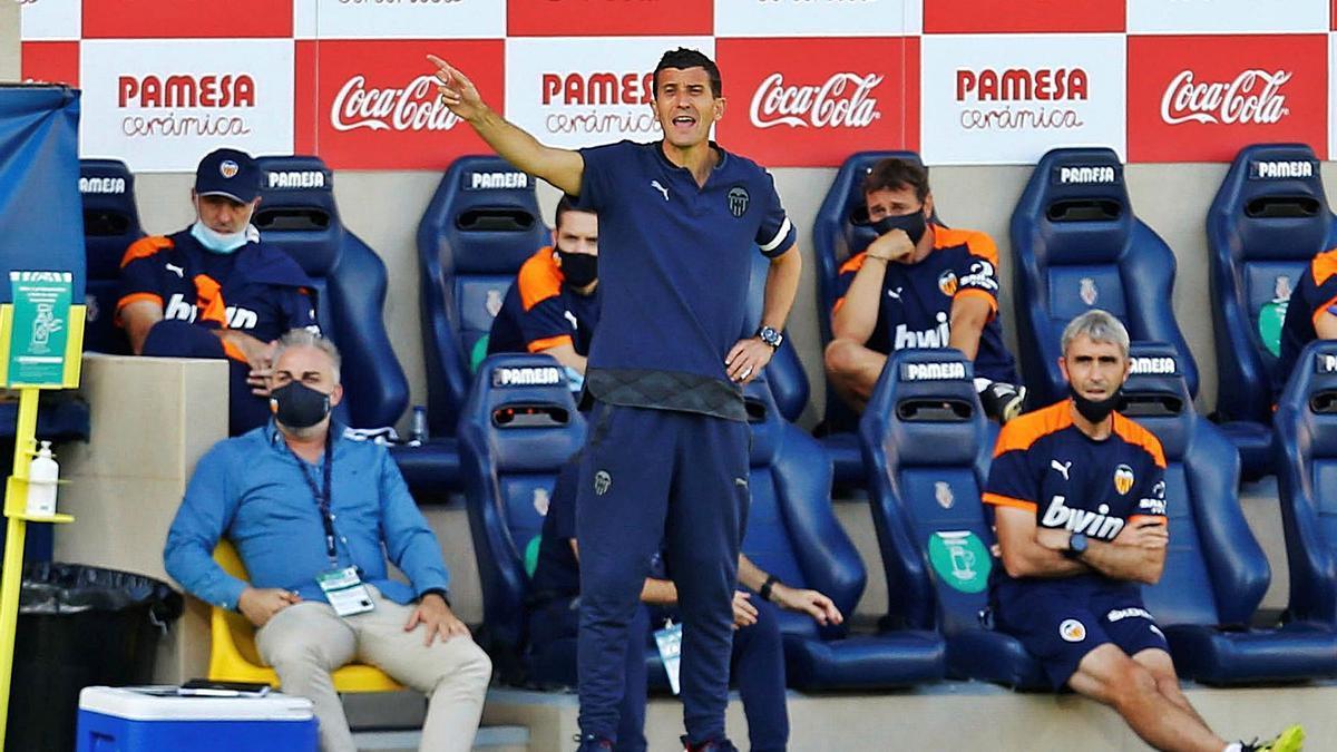 El entrenador del Valencia, Javi Gracia, imparte instrucciones desde el banquillo.