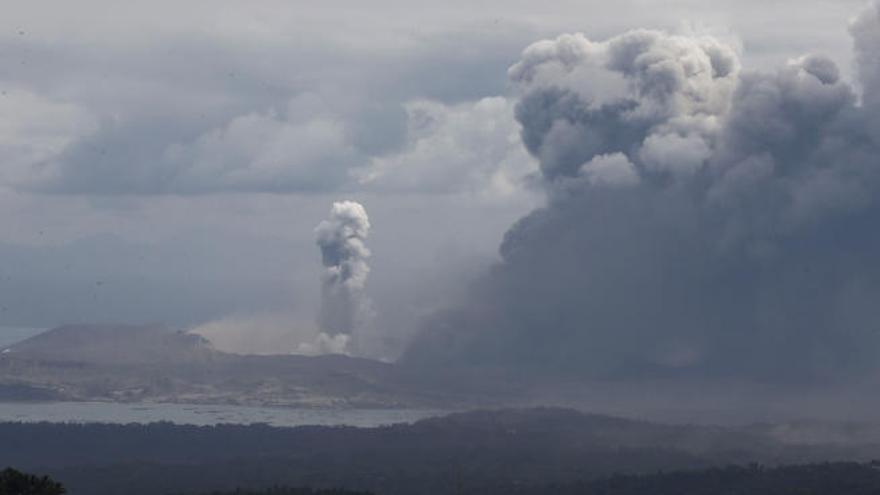 El volcán Taal llena de ceniza y humo Manila